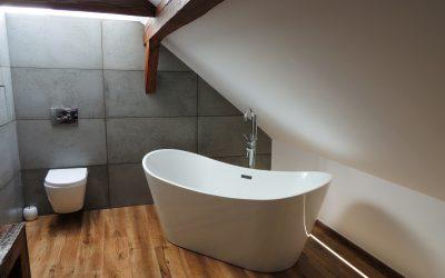 Nowoczesna, szara łazienka z drewnem – łazienkowe inspiracje