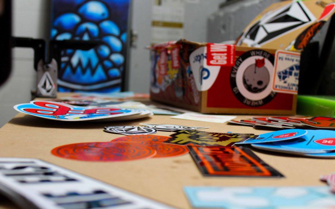 Graffiti i naklejki dekoracyjne na ścianę z betonu. Czy warto? Plusy i minusy