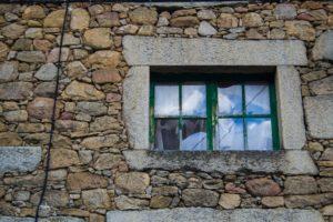 ściana z kamienia wykończenie domu