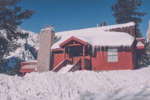 Opady śniegu lód zaśnieżony dom