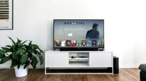 mały salon kino z telewizorem w domu
