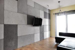 telewizor na ścianie z płyt betonowych