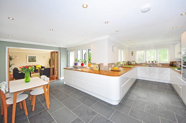 Kuchnia otwarta – zalety. Jak oddzielić kuchnię od salonu?