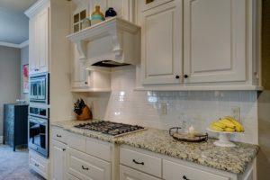 biała kuchnia otwarta w mieszkaniu domu