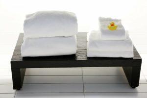 gabinet spa ręczniki stolik