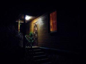 oświetlony dom wejście
