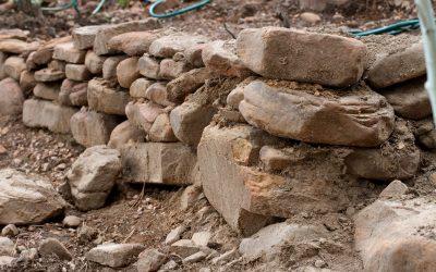Mur oporowy, czyli ciekawe miejsce na wyróżniający się kwietnik